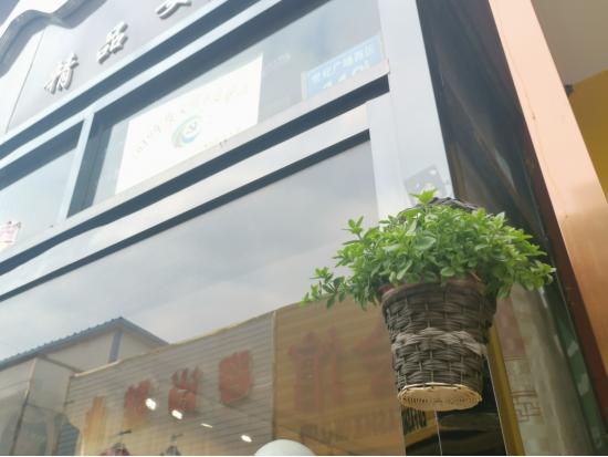 """鹤壁淇滨区泰山路街道""""见缝插绿"""",提升新世纪广场步行街西区绿化"""