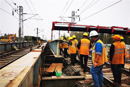 许昌市新元大道下穿京广铁路立交工程纵梁吊装施工全部完成